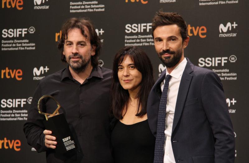 El equipo de de Entre dos aguas con la Concha de Oro a la Mejor Película en S66SSIFF