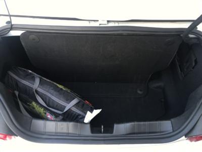 Maletero del Camaro preparado para que la capota pueda abrirse. Nuestra maleta no cabía ni por el hueco. La bolsa que se ve es la tienda de campaña que mide 45cmx20cmx13cm
