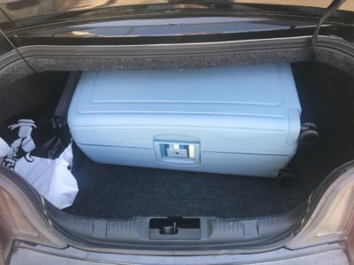 Maletero del Mustang con nuestra maleta de 75cmx52cmx31cm. La maleta entraba por el hueco muy justita, pero una vez dentro había espacio de sobra para mochilas o bolsas.